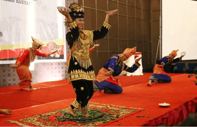 Nama nama tarian daerah tradisional Indonesia Tari Piring dari Mianangkabau provinsi  Sumatra Barat