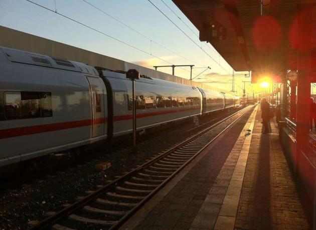 Pilih Tempat Duduk Kereta Api yang tidak kena sinar matahari