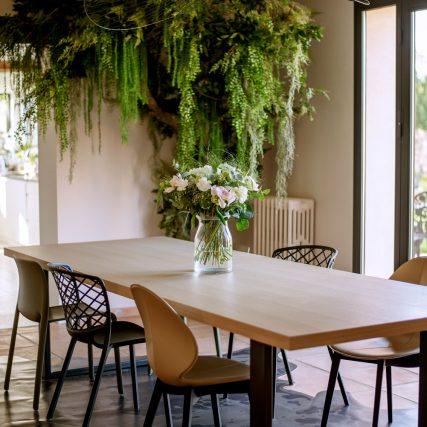 Salle-a-manger-Verdure-Table-Chaises-design-cuir-fleurs