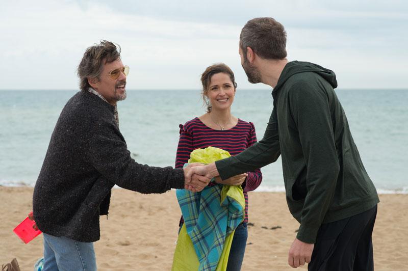 Ethan Hawke, Rose Byrne e Chris O'Dowd nel film Juliet Naked - Photo: courtesy of BIM