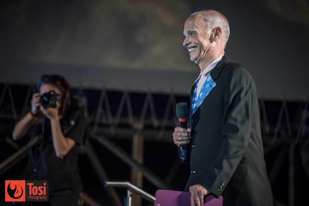John Waters sul palco di Piazza Grande a Locarno © Tosi Photography