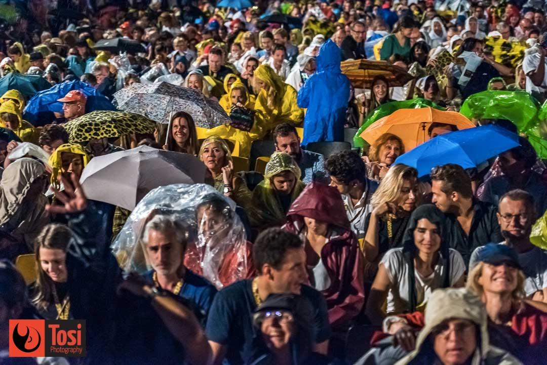 Il pubblico di Piazza Grande a Locarno 72 non lo ferma neppure la pioggia © Tosi Photography