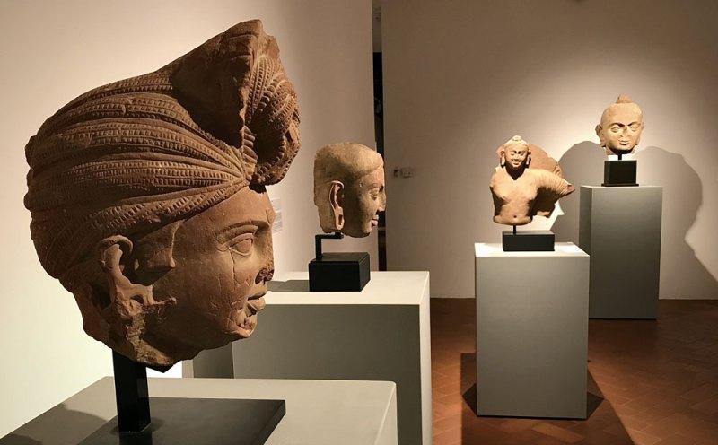 INDIA ANTICA, in primo piano a sinistra la testa di Bodhisattva, sullo sfondo tre teste di Budda (I°-II° secolo d.C., arenaria rossa - Photo: MaSeDomani
