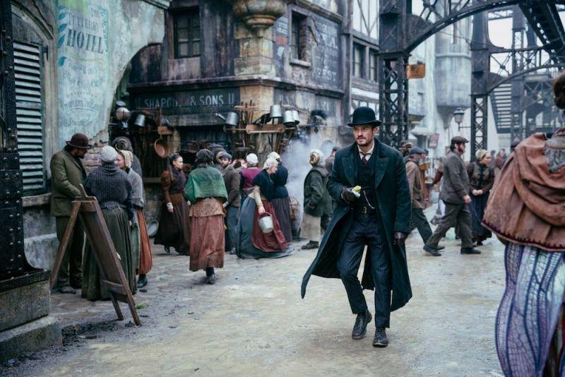 Orlando Bloom in una scena della serie tv. Photo: courtesy of Amazon.