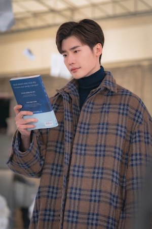 Lee Jong-suk in Romance is a Bonus Book (Photo Courtesy of Netflix)
