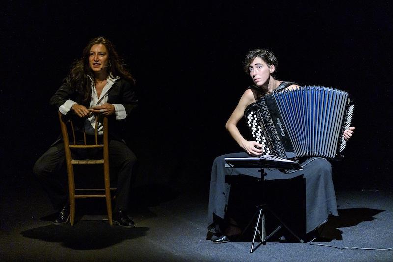 spettacolo Piero Ciampi, Arianna Scommegna e Giulia Bertasi. Photo: Serena Serrani