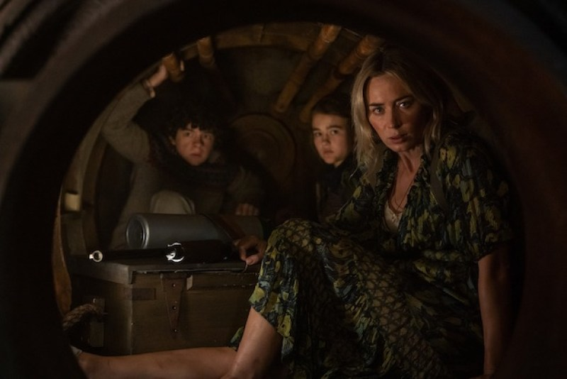 Noah Jupe, Millicent Simmonds ed Emily Blunt in una scena del film A Quiet Place II. Photo: courtesy of Eagle Pictures.