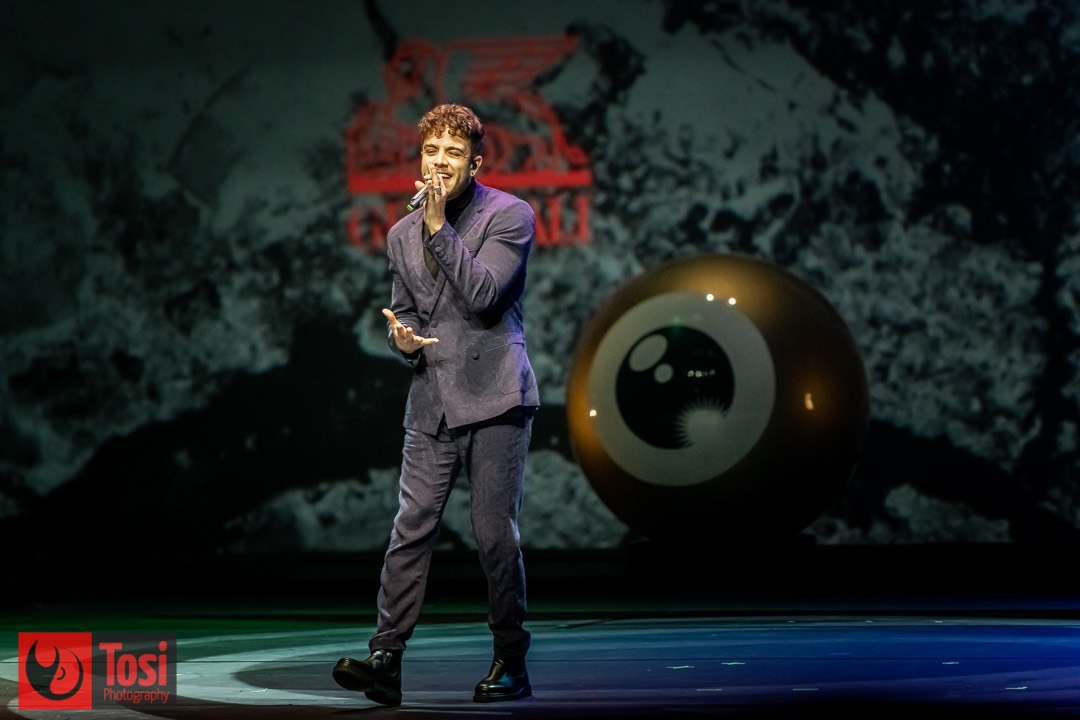 Singer Luca Hänni and kids perform on stage © Tosi Photography