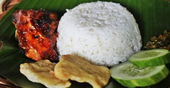 Nasi putih ayam bakar dengan lalapan dan sambel