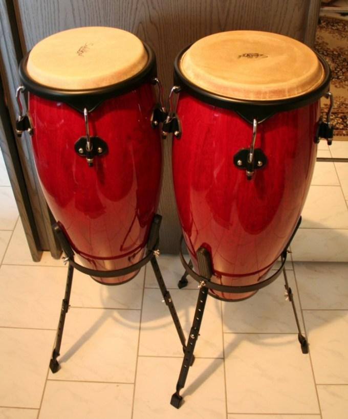 Alat musik ritmis bernama conga atau konga