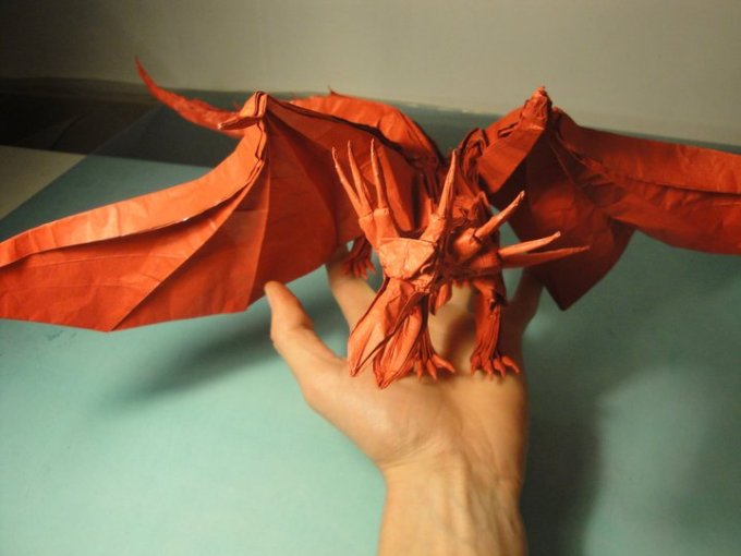 Origami naga diatas tangan kiri