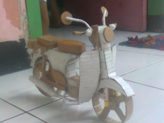 Mainan berbentuk motor