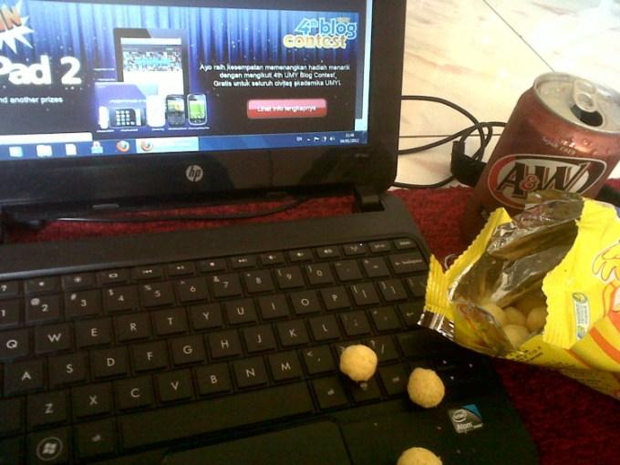 makan di depan laptop