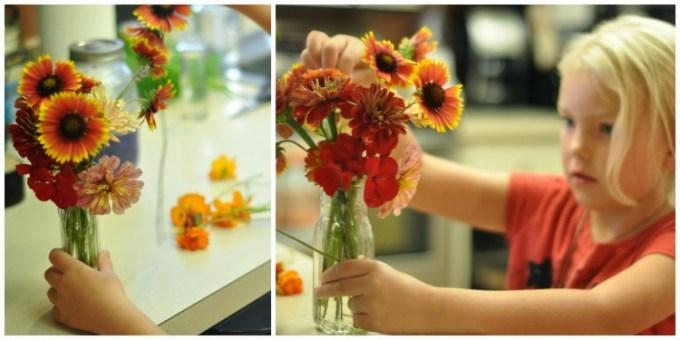 merangkai bunga dalam vas