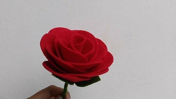 Bunga mawar dari kain flanel
