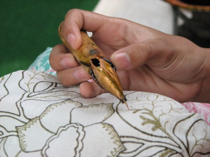 Melukis Batik pada Kain Mori