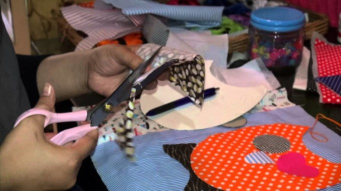 Memotong Kain untuk membuat boneka