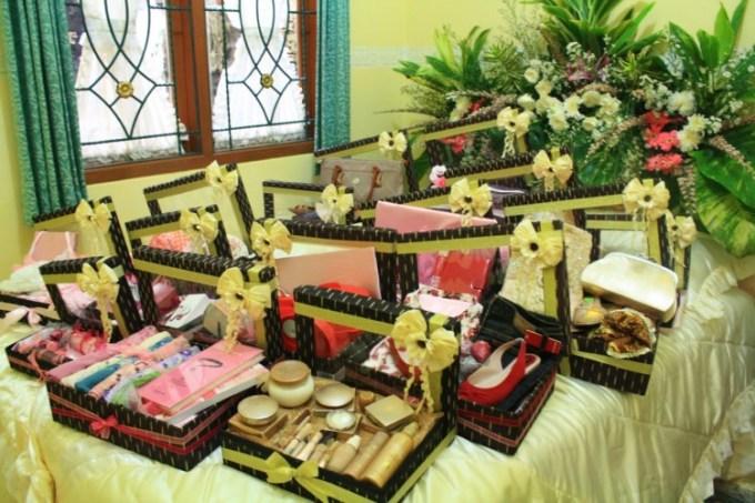 Srah-srahan saat prosesi pernikahan menggunakan adat Jawa