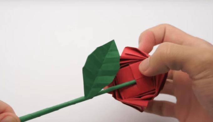 Menyatukan bagian batang dan bunga origami mawar