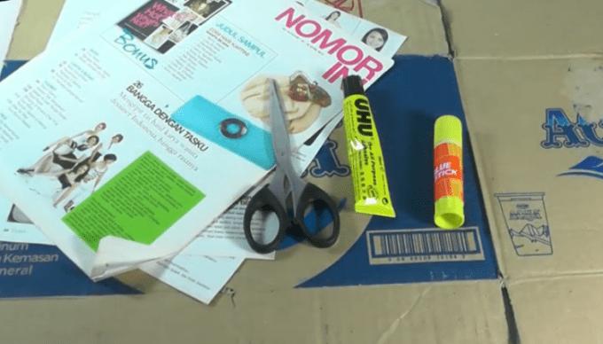 Alat dan bahan untuk membuat kerajinan tangan dari koran bekas