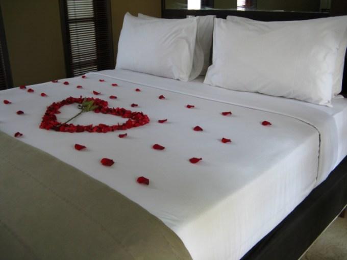 kamar pengantin dengan hiasan bunga berbentuk hati