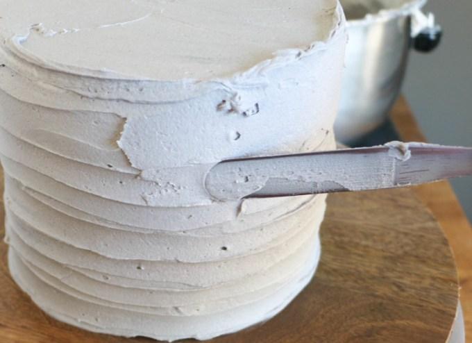 Meratakan buttercream pada permukaan kue