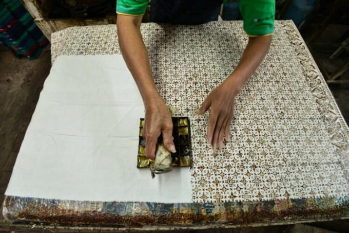 mengecap kain mori dalam cara membuat batik cap