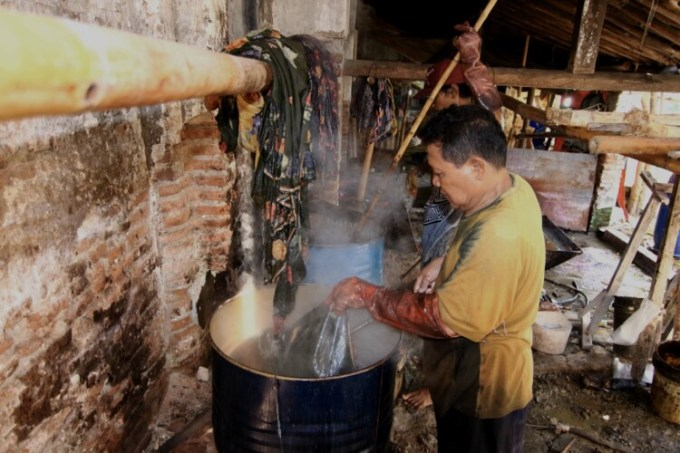 nglorot kain batik cap