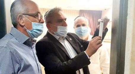 El Ministro Zeev Elkin instaló una mezuzá en un club de chicas en un barrio de Israel