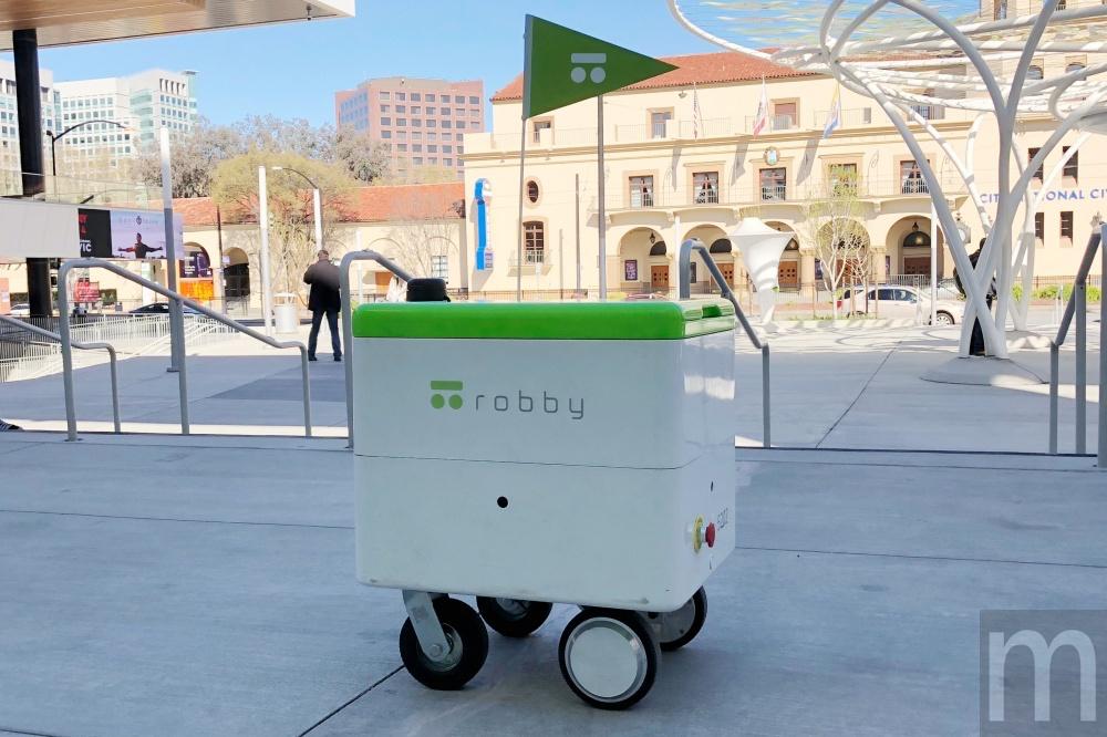 robby 02 動眼看/開始對外合作應用的robby室外快遞機器人 希望解決人力不足問題