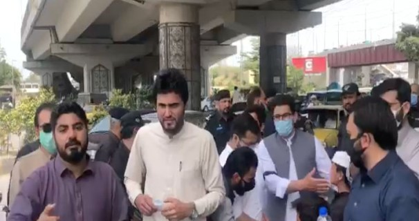 Demonstration of ad hoc doctors in front of the assembly