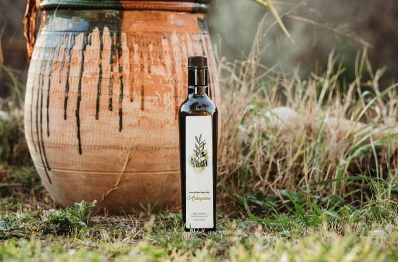 Oriol Mata, fotógrafo artístico di Piera, ha inmortalizado una botella del protagonista de Masia Can Sagristà, s.l., el AOVE Ecológico Arbequina en el formato de 500 ml, producto estrella de la masía.