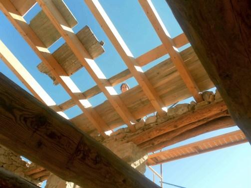 Colocando tablones de madera en el techo