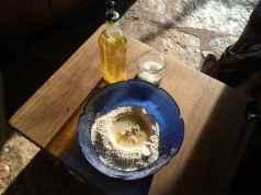 4 1kg de harina, 50ml de aceite de oliva y una cucharadita de sal, con 50grs de levadura madre