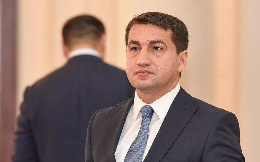 Hikmat Hadschijew: Armeniens bewusste Ausrichtung auf Wohngebiete und die Zivilbevölkerung ist eine grobe Verletzung des humanitären Völkerrechts