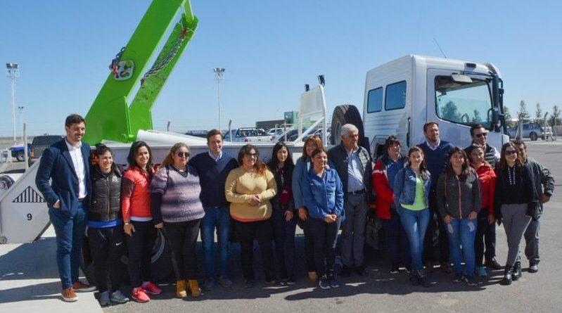 Capacitarán a mujeres para manejar camiones de cargas especiales
