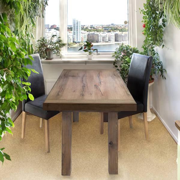 Matbord i gråtonad, solblekt ek och två klädda stolar, i kök med utsikt