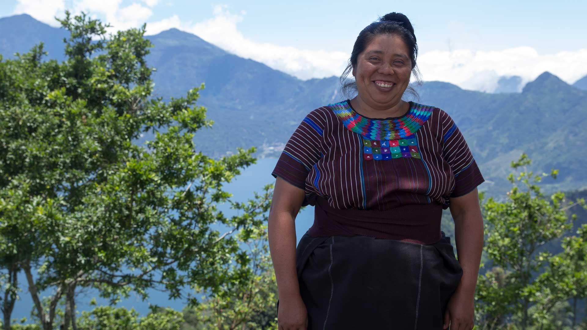 Juana tillverkar smycken åt Wakami i Guatemala