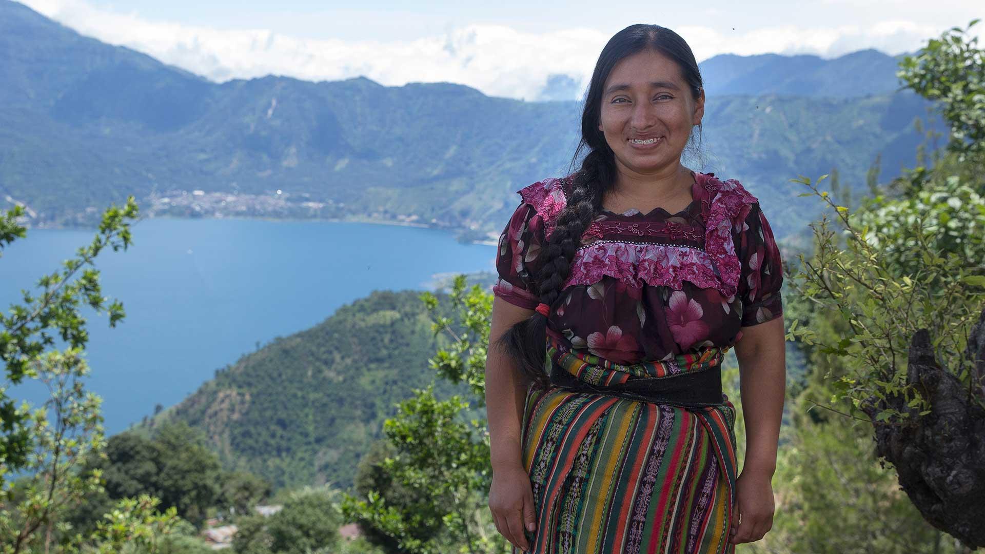 Cruz, 28, tillverkar fairtrade-smycken åt Wakami i Guatemala