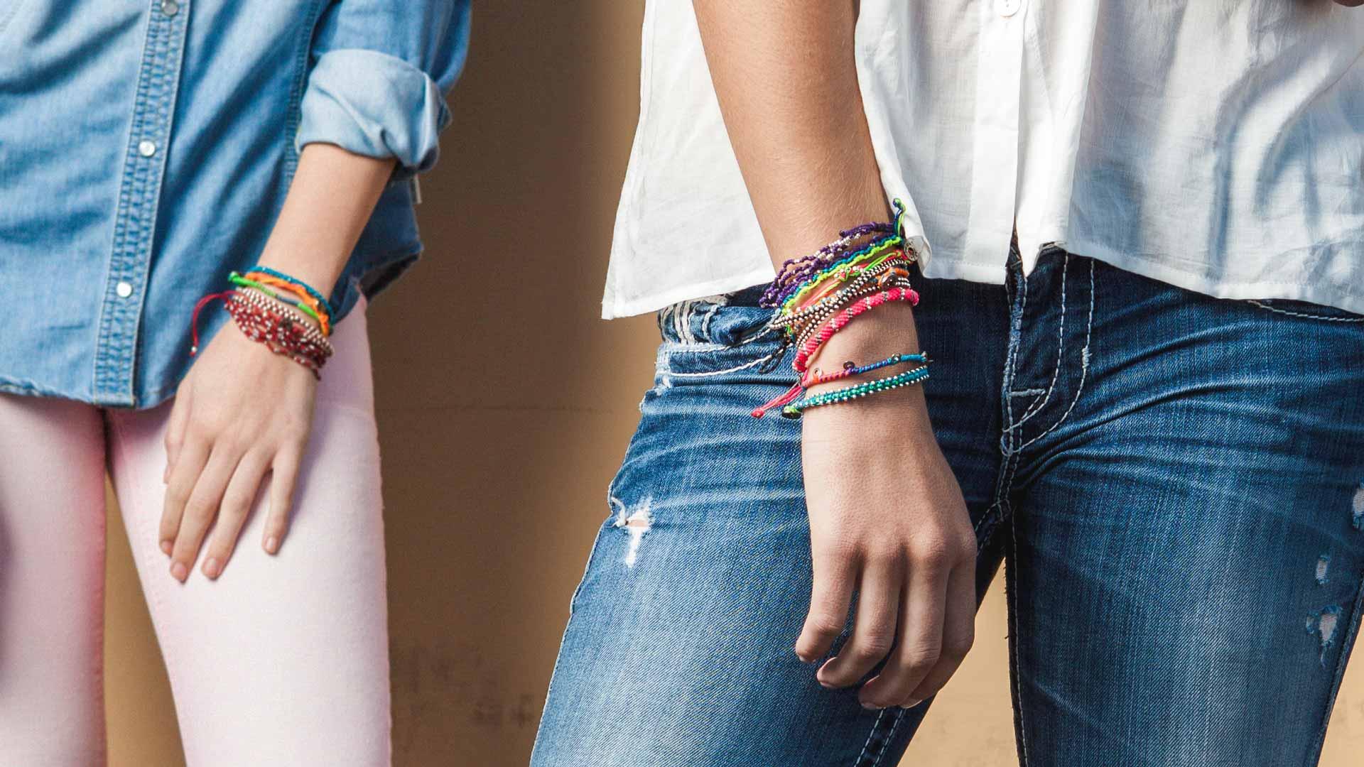 Armband med starka färger