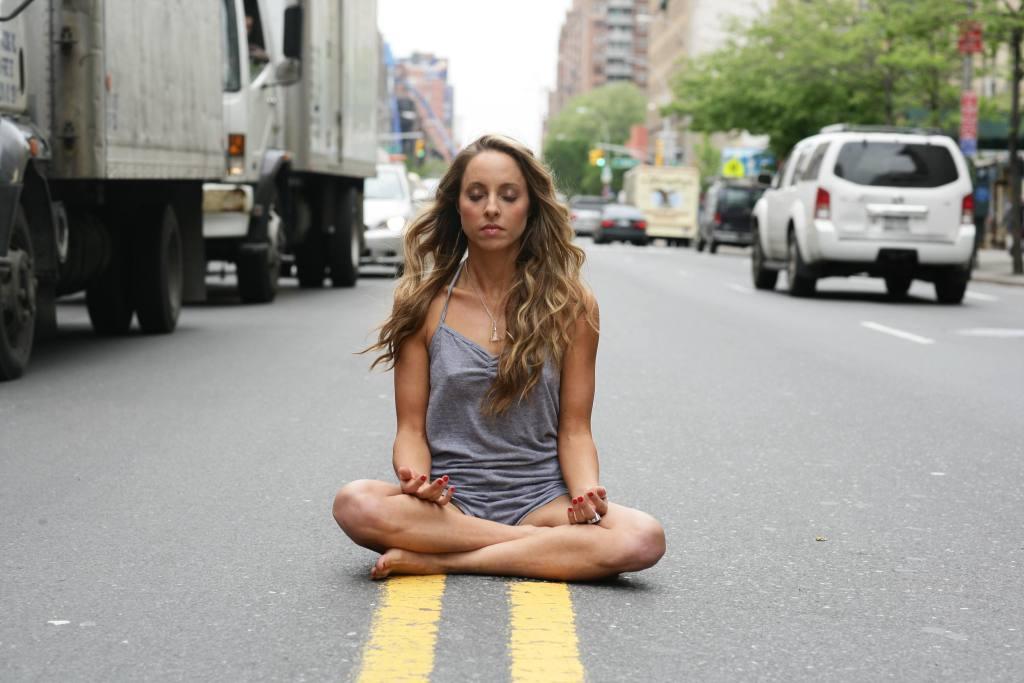 méditer au travail fille assise par terre rue