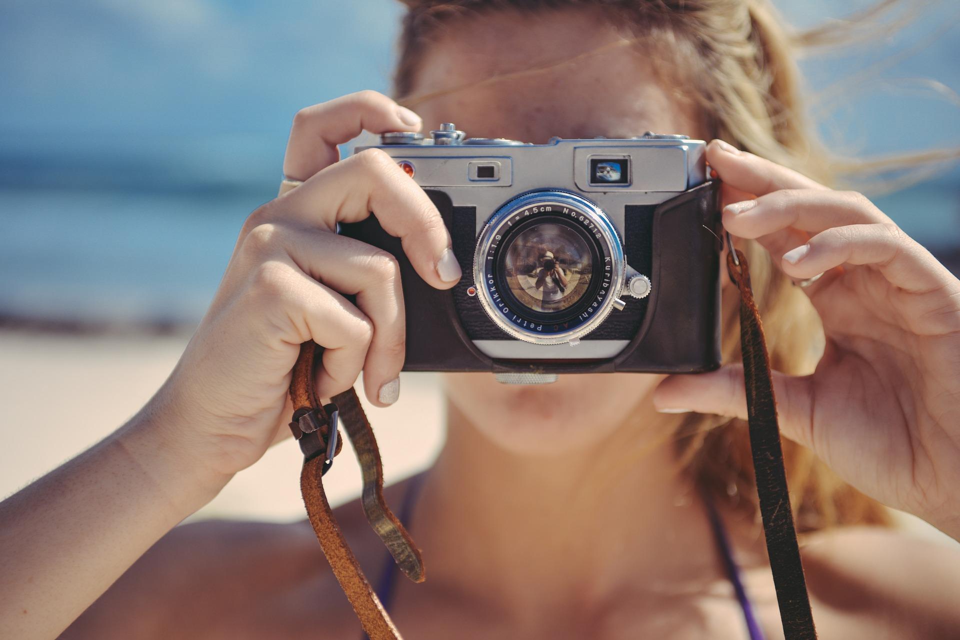 comment vivre de sa passion photographe femme blande camera