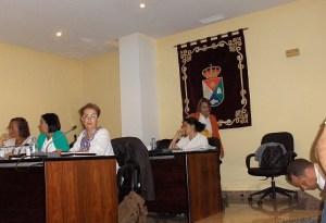 Onalia Bueno (de pie) detrás de Isabel Santiago