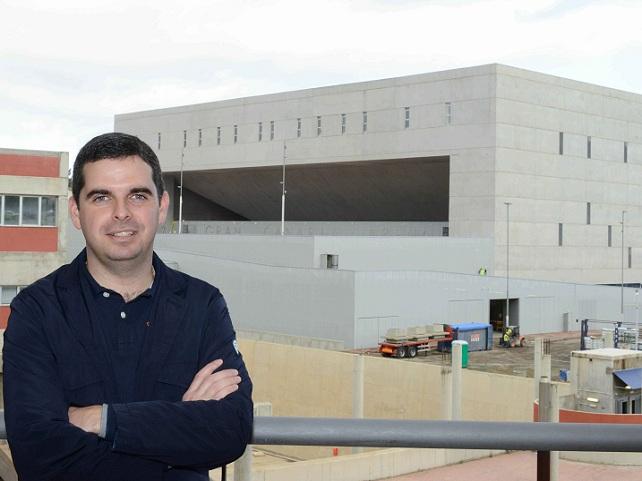 Lucas Bravo de Laguna, con el Gran canaria Arena de fondo