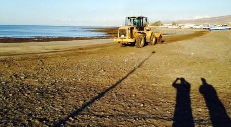Concluyen las tareas de limpieza de chapapote en las playas del Águila y Castillo
