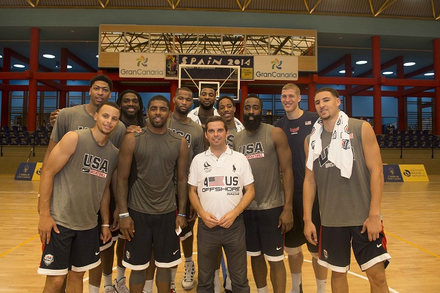 El consejero Bravo de Laguna, con la selección USA de basket