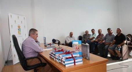 El Ayuntamiento entrega a ocho equipos del municipio material didáctico de apoyo