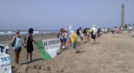 Cientos de personas se encadenan en Maspalomas contra el petróleo