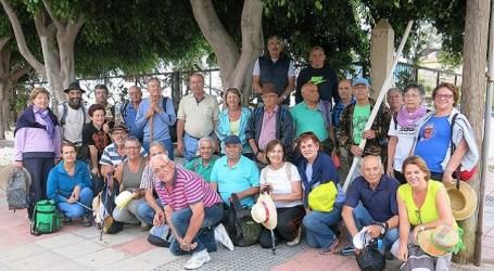 Un grupo de mayores de Santa Lucía recorre los senderos de Fontanales