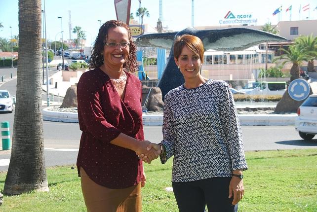 La alcaldesa Onalia Bueno (d) y la socialista Pino González sellan el pacto